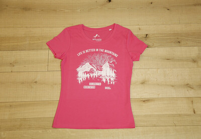 "Ein pinkes T-Shirt mit der weißen Schrift ""Life is better in the Mountains"" darauf"