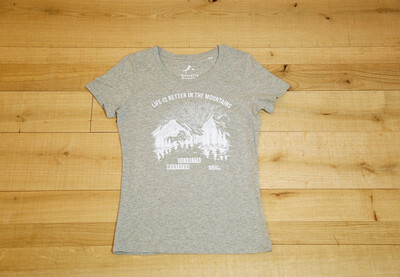 "Ein graues T-Shirt mit der weißen Schrift ""Life is better in the Mountains"" darauf"